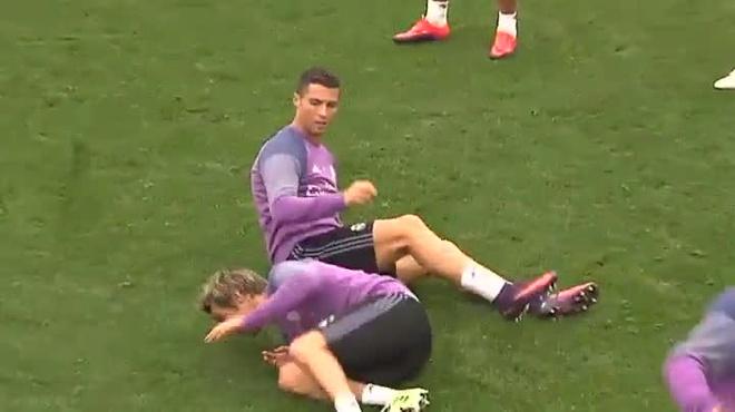 Bi xo hang, Ronaldo trut gian len Coentrao hinh anh