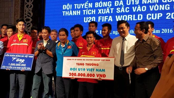 Ve nuoc, tuyen U19 Viet Nam nhan mua tien thuong hinh anh 1