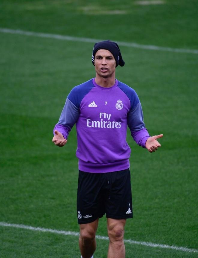 Ronaldo thi trien kung-fu tren san tap hinh anh 1