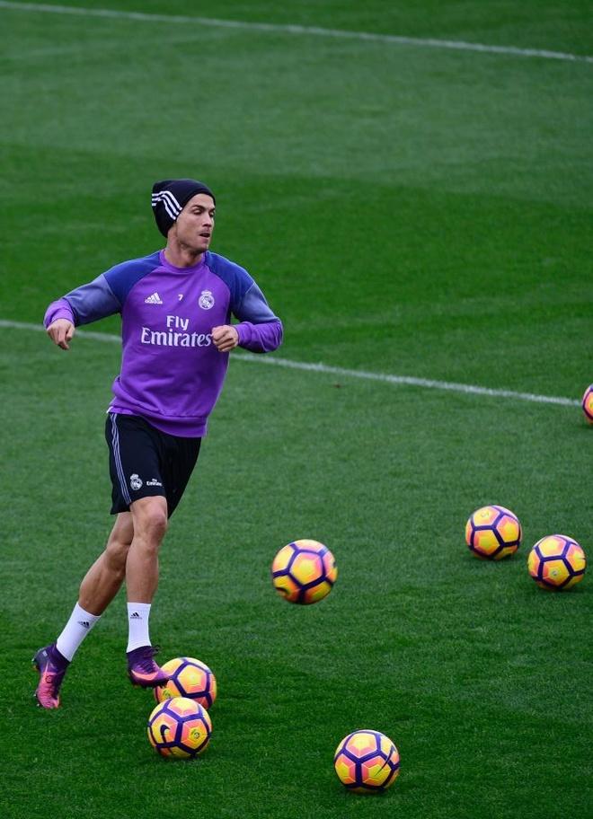 Ronaldo thi trien kung-fu tren san tap hinh anh 7