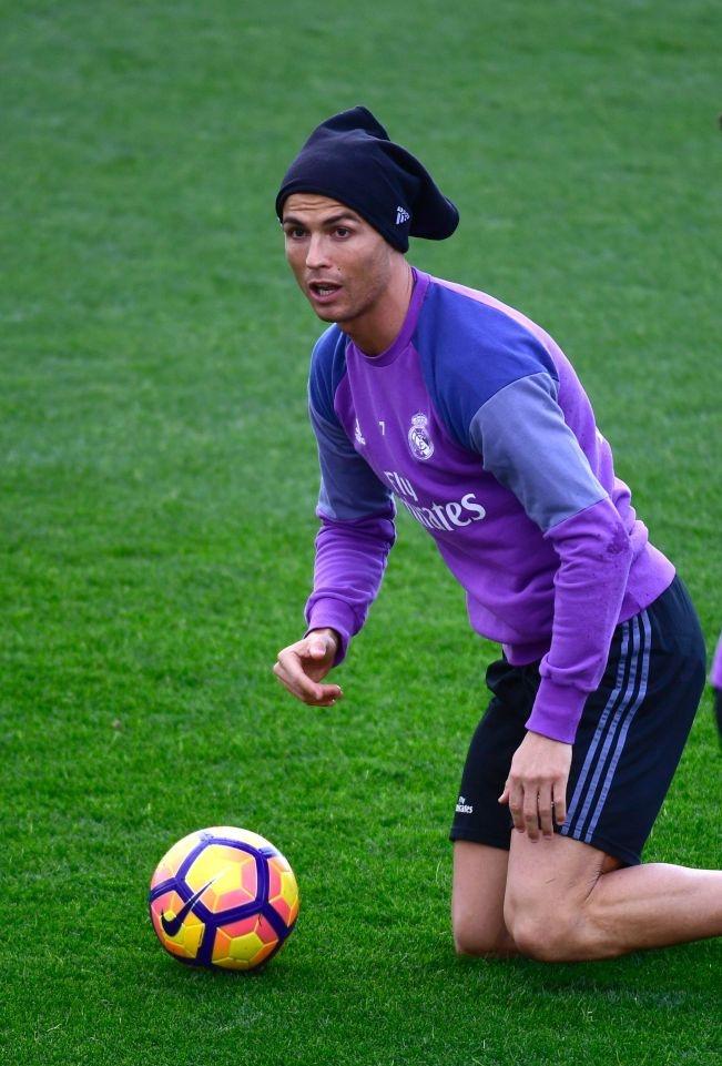 Ronaldo thi trien kung-fu tren san tap hinh anh 8
