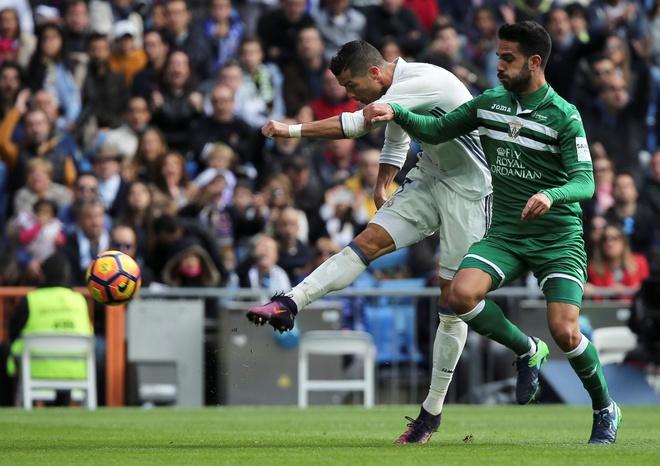 Nghich ly bong vang rot trung Ronaldo hinh anh 1