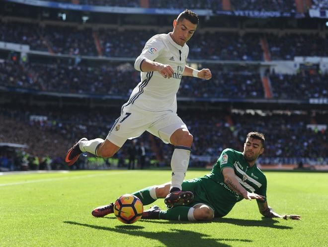 Nghich ly bong vang rot trung Ronaldo hinh anh 2