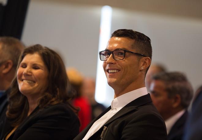 Ronaldo ky tiep hop dong ty USD hinh anh