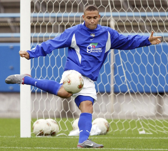 Claudio Bravo tao sieu cau thu: Chan Messi,  tim Puyol anh 2