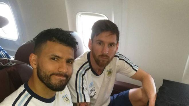 Messi tung ngoi tren may bay gap nan tai Colombia hinh anh
