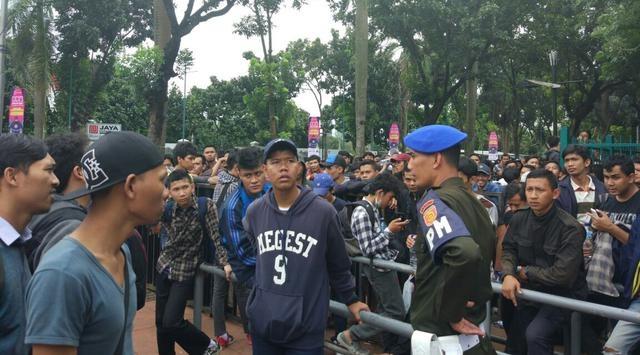 Fan Indonesia hut hang chuyen mua ve AFF Cup hinh anh