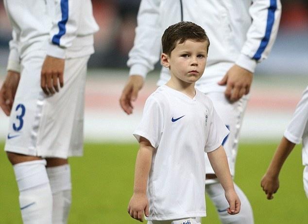 Rooney gui con trai toi kinh dich Man City tap luyen anh 1