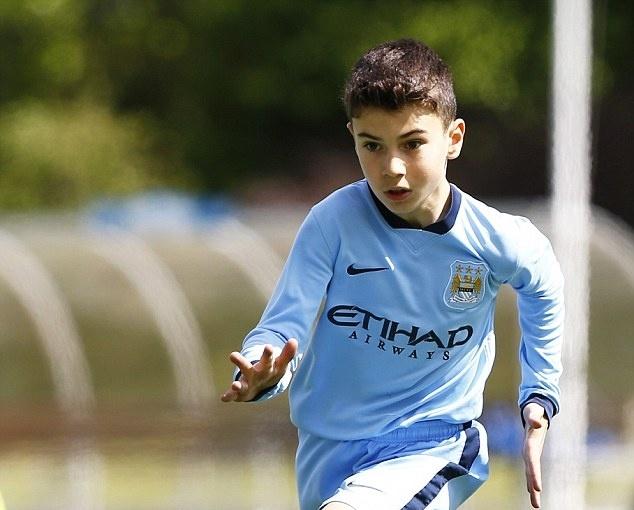 Rooney gui con trai toi kinh dich Man City tap luyen anh 2
