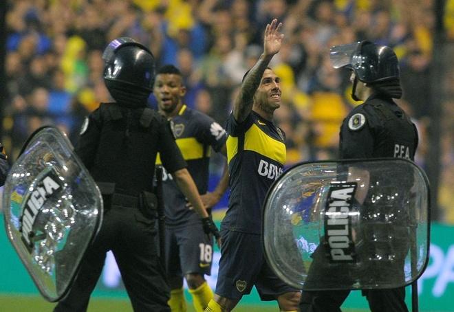 Fan quy goi xin Tevez dung roi Boca anh 1