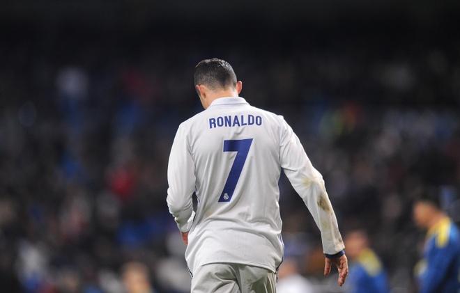 Ronaldo giua tam bao, Zidane len tieng hinh anh 2