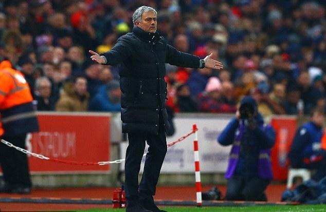 Martial bat man voi Mourinho anh 2
