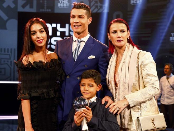 Nam 2018, Ronaldo ket hon va sang Trung Quoc? hinh anh 1