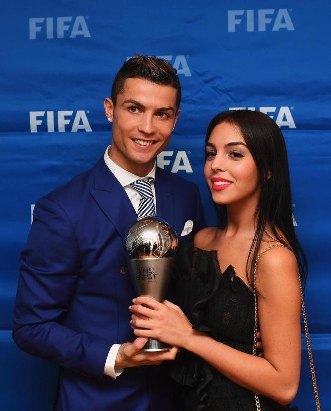 Ronaldo moi goi Hoa hau sieu vong 3 ve nha rieng anh 1