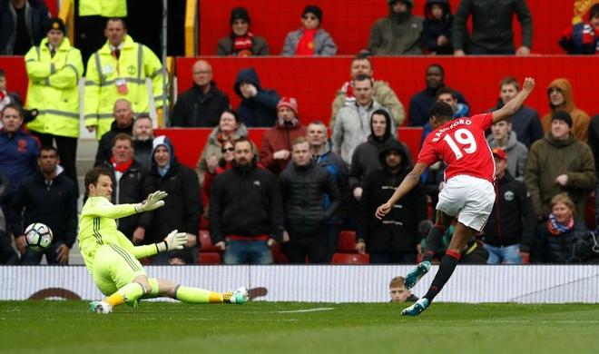 Vi sao Ibrahimovic phai ngoi ngoai khi gap Chelsea? hinh anh 1
