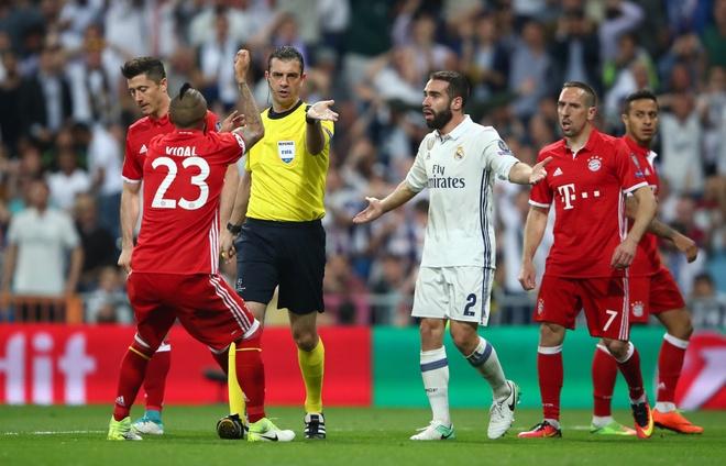 Ronaldo cung phai lu mo truoc 'man trinh dien choi sang' cua trong tai hinh anh 1