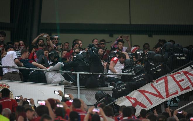 Fan Bayern Munich danh nhau voi canh sat o Bernabeu hinh anh