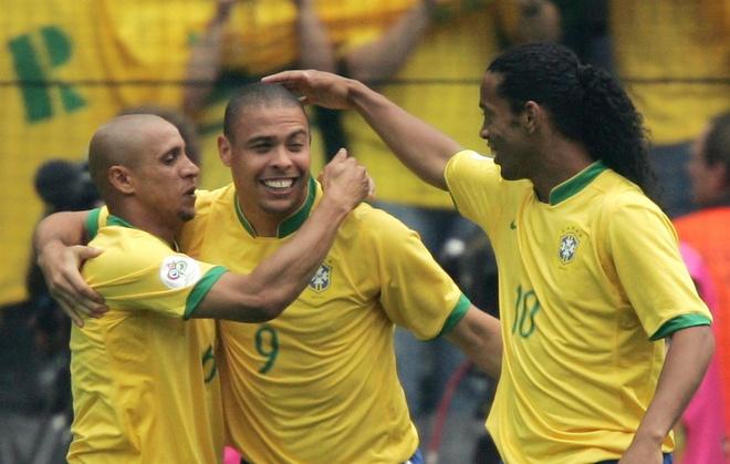 Roberto Carlos: 'Toi ngu voi Ronaldo con nhieu hon voi vo' hinh anh 2