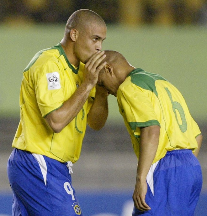 Roberto Carlos: 'Toi ngu voi Ronaldo con nhieu hon voi vo' hinh anh 1