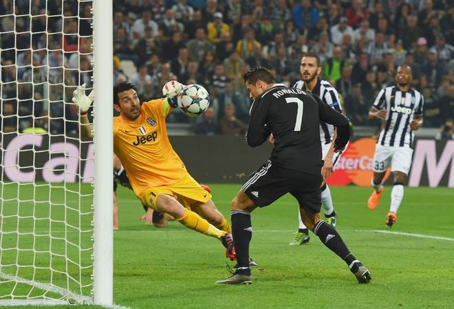 Bao Italy: Ronaldo nen coi chung Buffon anh 2