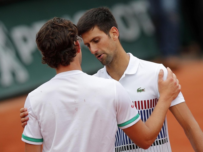 Djokovic thua trang truoc Dominic Thiem o Roland Garros 2017 hinh anh