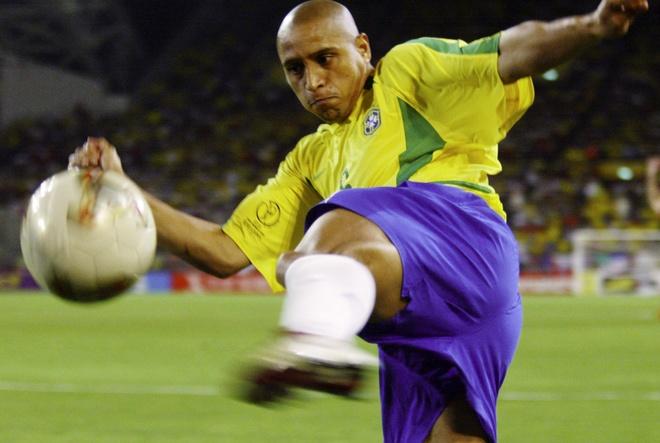 Roberto Carlos bi cao buoc dung doping o World Cup 2002 hinh anh