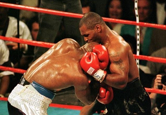 Khoanh khac kinh di Tyson can tai Evander Holyfield hinh anh