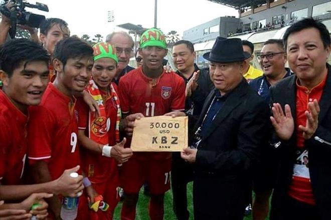 Thang Singapore, U22 Myanmar nhan ngay thuong nong hinh anh