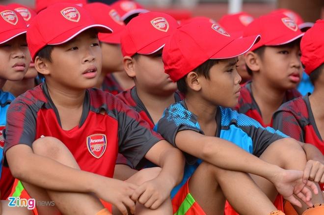 Cau thu nhi Viet Nam 'lot mat xanh' huyen thoai Arsenal hinh anh 1
