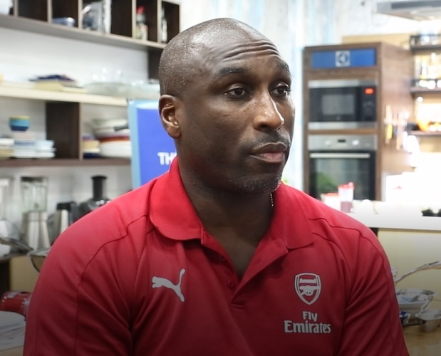 Huyen thoai Arsenal: Tottenham vo dich? Con ca chang duong dai hinh anh 1