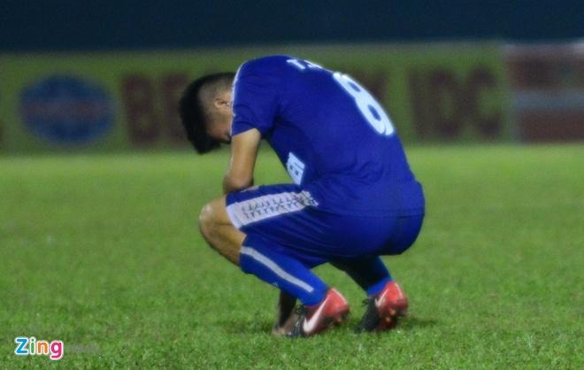 Thua sat nut, cau thu U21 Binh Duong do guc xuong san hinh anh 1