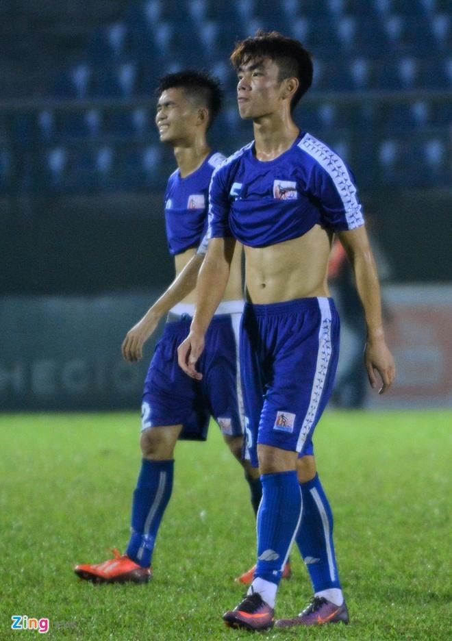 Thua sat nut, cau thu U21 Binh Duong do guc xuong san hinh anh 3