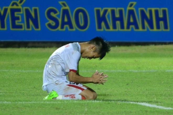 Thua nguoi Thai, cau thu U21 Viet Nam om dau that vong hinh anh