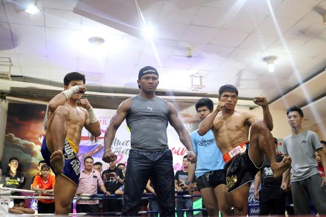 'Thanh Muay Thai' Buakaw dung manh trong buoi giao luu tai TP.HCM hinh anh 1