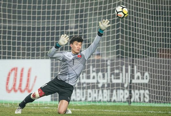 Nha bao Anh: Dung de cau thu U23 tro thanh su guong ep cua CLB hinh anh 2