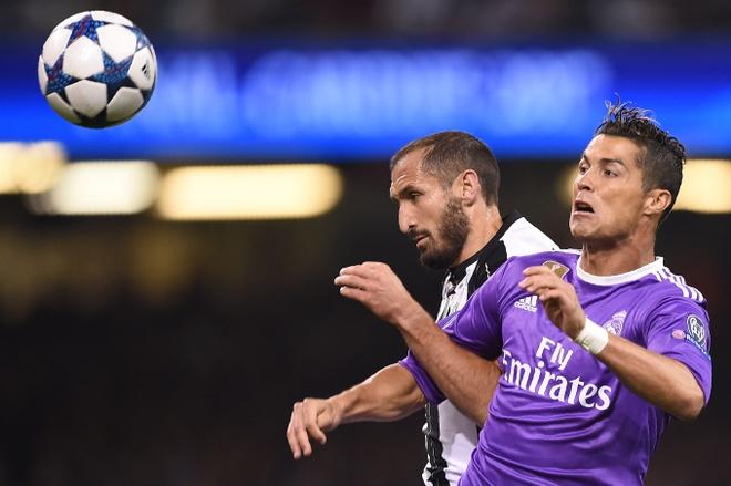 Bao Italy: Ronaldo, hay coi chung hinh anh