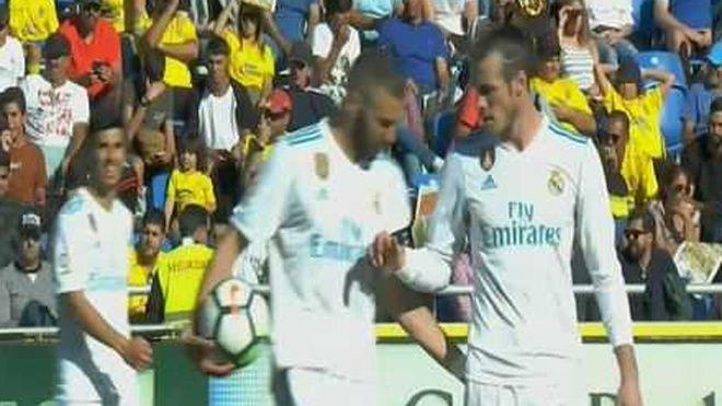 Benzema tu choi nhuong penalty cho Bale hinh anh