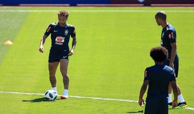 Ngay sinh nhat, Coutinho bi dong doi' choi kham' tren san tap hinh anh 9