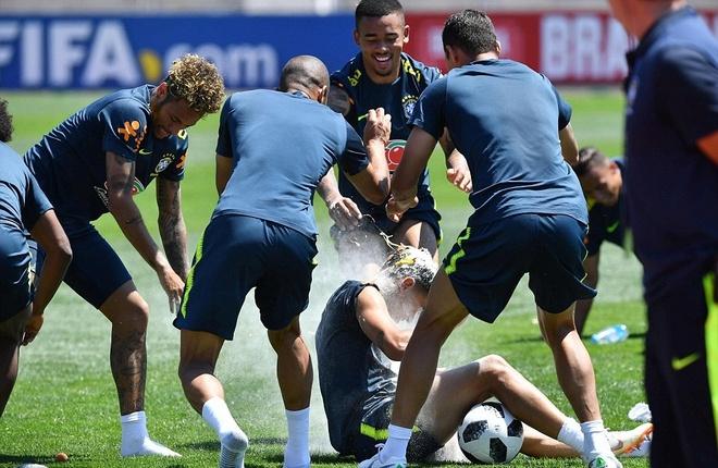 Ngay sinh nhat, Coutinho bi dong doi' choi kham' tren san tap hinh anh 3