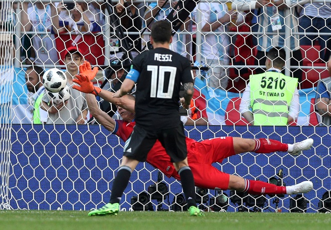 Thu mon Iceland tiet lo ly do thang Messi trong qua penalty hinh anh