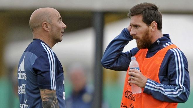 Messi noi thang HLV Sampaoli: 'Chung toi khong con tin tuong ong' hinh anh