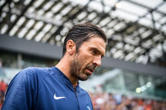 Gigi Buffon - huyen thoai van phai canh tranh o PSG hinh anh