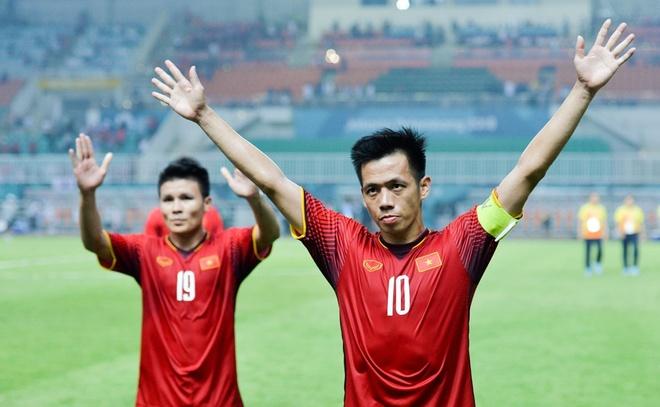 Qua bong vang Viet Nam 2018: Van Quyet dau Quang Hai? hinh anh