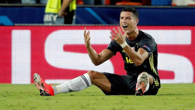 Ronaldo bi the do, dang trach ma cung dang thong cam hinh anh
