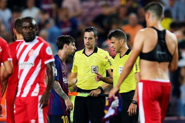 Messi cau nhau trong phong thay do vi trong tai duoi dong doi hinh anh