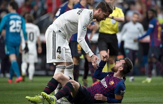 Nhin Messi bi chay mau mieng, Pique to Ramos da bao luc hinh anh 1