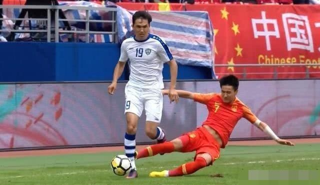 Fan Trung Quoc phan no truoc an phat nhe cho cau thu 'da lao' hinh anh 1