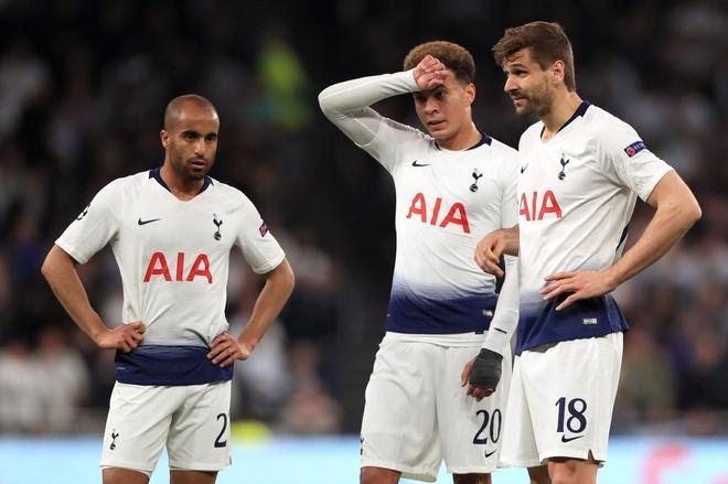 CDV Ajax dot phao hoa truoc khach san Tottenham anh 1