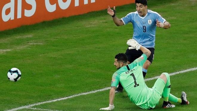 Luis Suarez doi penalty vi loi bong cham tay thu mon hinh anh 1