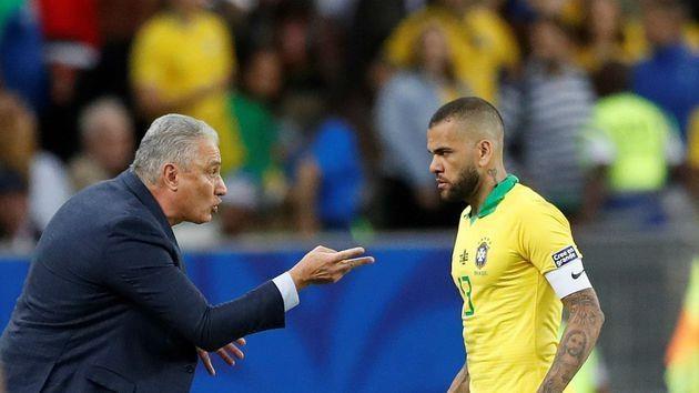 Dani Alves sanh ngang voi Roberto Carlos va Cafu hinh anh 2